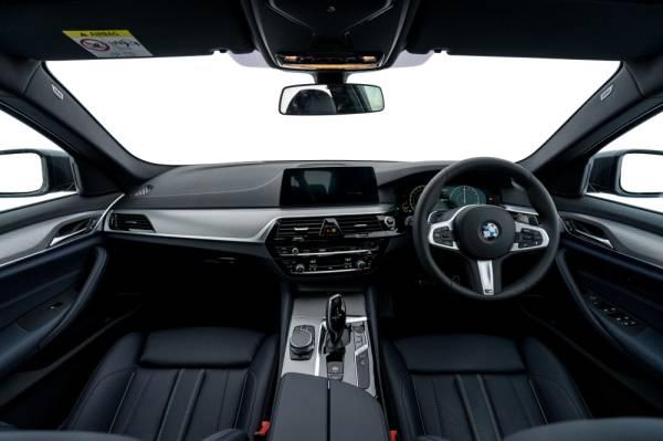 Ruang kokpik BMW 530e M Sport yang sporty.