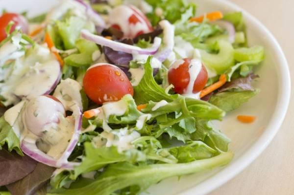 Salad bagus untuk kesihatan.