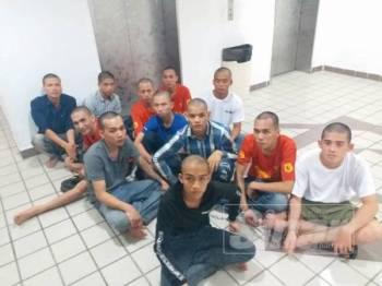 Sebahagian daripada 17 nelayan yang didenda kerana melakukan kesalahan menggunakan pukat tunda dua bot tanpa kebenaran di Mahkamah Sesyen Kuala Terengganu hari ini