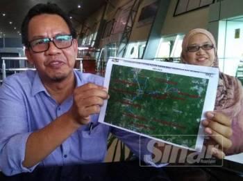 Mohd Sofi menunjukkan kawasan yang dilakukan pembenihan awan ketika ketika sidang media mengenai pembenihan awan di Lapangan Terbang Antarabangsa Melaka (LTAM), Batu Berendam, di sini, hari ini.