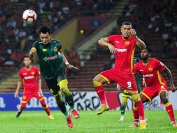 Pemain Selangor Sandro Da Silva Mendoca (dua, kanan) cuba mengasak pemain Kedah Mohamad Zaquan Adha Abd Razak (kiri) dalam perlawanan Liga Super 2019 yang berlangsung di Stadium Shah Alam.