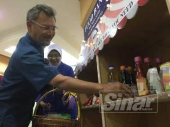 Amiruddin meletakkan makanan di ruangan bank makanan di Hospital Pakar KPJ Johor.