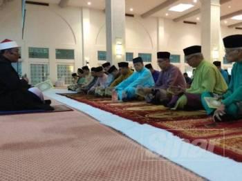 Salah seorang daripada 39 pelajar asnaf menerima sumbangan zakat dari Sultan Selangor hari ini.