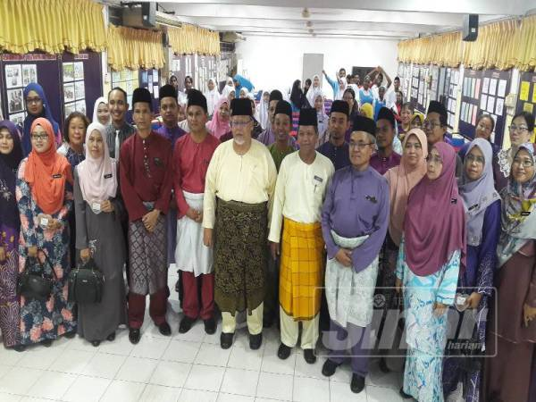 Aminolhuda (tengah) bergambar dengan guru-guru SMK Taman Universiti.
