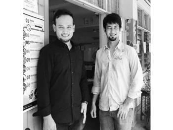 Fadzil Zahari bersama abangnya, Farid Kamil.