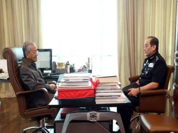 Mazlan (kanan) bertemu Dr Mahathir buat kali pertama hari ini selepas menjawat jawatan Timbalan Ketua Polis Negara 9 Mei lalu. - FOTO FACEBOOK PDRM