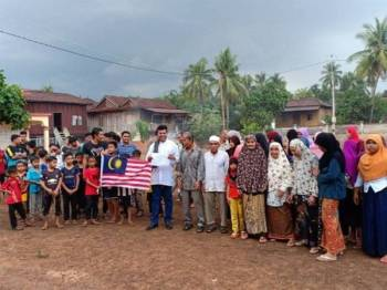 Mustapha (tengah baju putih) bersama Sren Meen (baju kelabu) dan sebahagian penduduk kampung di tapak yang akan dibina masjid baharu bagi kampung tersebut.