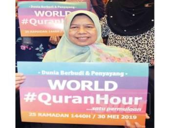 Zuraida memegang plakad World #QuranHour sebagai tanda sokongan kepada program tersebut di Putrajaya baru-baru ini. FOTO ROSLI TALIB
