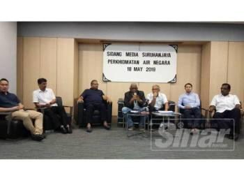 Charles (tengah) bersama Hasnul (tiga dari kiri) berasam wakil penduduk dan pihak berkaitan pada sidang media SPAN, hari ini.