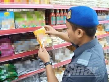 Anggota penguat kuasa membuat pemeriksaan di sebuah premis yang dipercayai menjual produk makanan yang tidak mendapat logo halal yang sah.