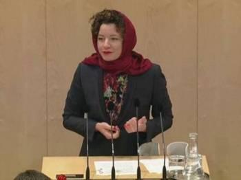 Ahli Parlimen pembangkang, Martha Bissmann memakai tudung ketika berucap di Parlimen kelmarin.