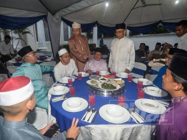 Annuar beramah mesra bersama pemimpin UMNO yang lain ketika menunggu majlis berbuka puasa di kediamannya di Kuala Lumpur hari ini. -Foto Sinar Harian Sharifuddin Abdul Rahim