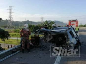 Anggota bomba menyelamatkan mangsa di lokasi kejadian di KM190 Lebuhraya Utara Selatan arah Selatan berhampiran Simpang Empat Semanggol, pagi tadi.
