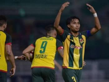 Jaringan penyamaan Baddrol berjaya menyemarakkan semangat Lang Merah untuk bangkit mengatasi Melaka United di Stadium Darul Aman semalam. - FOTO MOHD ASYRAF