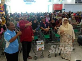 Khalid (dua dari kiri) bersama ADUN Batu Tiga, Rodziah Ismail ketika program Jom Shopping di Giant Kemuning Utama