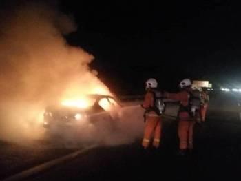 Pasukan penyelamat bomba sedang memadamkan kebakaran, di Lebuhraya Plus arah Utara semalam. -Foto ihsan bomba