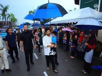 Tunku Mahkota Johor, Tunku Ismail Ibni Sultan Ibrahim ditemani Che' Puan Khaleeda Bustamam mengunjungi bazar ramadan Mersing. - Foto Facebook rasmi Tunku Mahkota Johor
