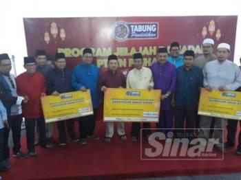 Wan Saiful (enam dari kiri) bersama wakil parlimen di seluruh Kedah yang menerima sumbangan Zakat PTPTN.