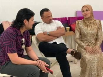 Dalam kenangan... Mohd Faizul (kiri) bersama Allahyarham (kanan) dan suaminya, Ahmad Shah Rizal ketika penggambaran produk di Indonesia.