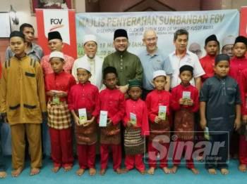 Haris Fadzillah (belakang lima dari kanan) bersama Mujahid(belakang enam kanan) dan Ahmad (belakang empat dari kiri) meraikan penghuni Rumah Anak Yatim Tasawwur Islam Simpang Empat Semanggol, Bagan Serai hari ini.