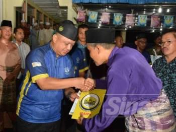 Syed Faizuddin menyampaikan sumbangan daripada MAIPs kepada imam Masjid Hidayatul Iman, semalam.