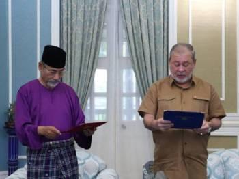 Sultan Johor, Sultan Ibrahim Ibni Almarhum Sultan Iskandar membacakan lafaz akad zakat pada majlis ringkas di Istana Pasir Pelangi di sini hari ini. - Foto ROYAL PRESS OFFICE