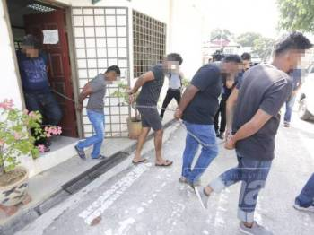 Polis menahan reman lima lelaki tempatan bantu kes gaduh hingga membawa kepada satu kematian.