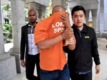 Seorang pemilik syarikat bergelar Datuk Seri direman empat hari oleh Mahkamah Majistret Putrajaya bagi membantu siasatan berhubung kes menerima suapan bagi projek pembekalan peralatan kereta kebal milik agensi pertahanan negara bernilai RM17 juta hari ini. - Foto Bernama