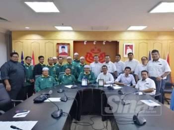 Nurul Amin (duduk, tiga kiri) dan Mohd Fadzil (duduk, tiga kanan) bergambar bersama seluruh ahli jawatankuasa Pemuda Pas dan Pemuda UMNO Kedah selepas pertemuan rasmi pertama di Pejabat Pemuda UMNO Kedah di Alor Setar, semalam.