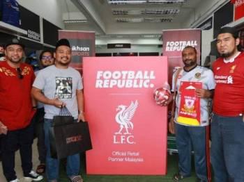 Penyokong Liverpool FC di Kedah dan Perlis yang dikenali Liverbird Kedah Perlis (LKP) antara kelompok awal yang tidak ketinggalan hadir pada jelajah promosi kit pasukan Liverpool FC 2019/2020 di Football Republic Alor Setar. FOTO: KHAIRIL AJHAR
