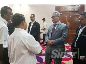 Mohd Redzuan (dua dari kanan) selepas mempengerusikan Mesyuarat Majlis Tindakan Negeri (MTNg) Terengganu hari ini.