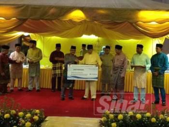 Sultan Sharafuddin berkenan menerima pembayaran zakat perniagaan daripada Menteri Besar Selangor (Pemerbadanan) sebanyak RM1,761,293.03