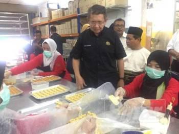 Menteri Pertanian dan Industri Asas Tani, Datuk Salahuddin Ayub melihat pembuatan tart nanas ketika mengadakan lawatan di sebuah premis usahawan tart nanas di Taman Bukit Indah di sini hari ini.