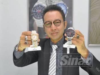 Ameruddin bersama jam tangan keluaran syarikatnya.