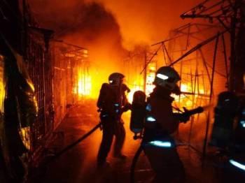 Bomba memadam kebakaran yang berlaku di gerai hadapan Wisma Yakin Jalan Masjid India.