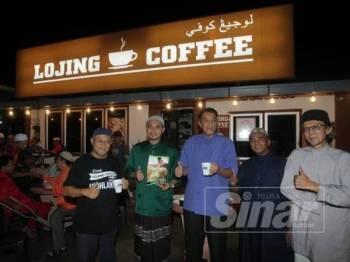 Husam (tengah) bersama pemilik Lojing Coffee, Wan Izzudin Wan Sulaiman (kiri) ketika melancarkan Kelab Kopi KADA di Lojing Coffee di Kampung Kota Kubang Labu, Wakaf Bharu.