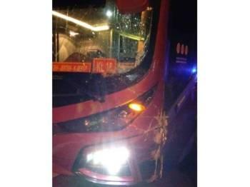 Keadaan bas yang terbabit dalam kemalangan di KM340 Jalan Kuala Lumpur-Kota Bharu di sini malam tadi. - Foto ihsan polis