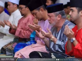 Sultan Ibrahim menunaikan solat Maghrib dengan warga PDRM di Masjid Tunku Laksamana Abdul Jalil, Ibu Pejabat Polis Kontinjen Johor. FOTO: Royal Press Office