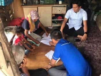 Sahar (kanan) beramah mesra bersama Norazuha ketika melawat keluarga tersebut di Permatang Badak di sini semalam.