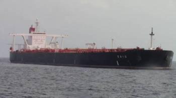 Kapal MT SAIQ yang membawa 25 kru termasuk kepten kapal terdiri daripada warganegara Pakistan, India, Rusia, Oman dan Montenegro yang ditahan APMM Perak, semalam. - Foto Ihsan APMM