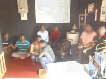 Sebahagian warganegara India yang ditahan Imigresen Perak di hotel di Pengkalan Hulu, Gerik.