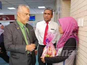 Shafruddin bertanya khabar dengan Zainab di HSNZ, hari ini.