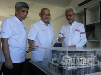 Raja Kamarul Bahrin Shah (kanan) ketika melihat perkembangan terkini projek PR1MA di Lubok Jong.