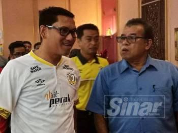 Azizan berbual bersama Ahmad Faizal sebelum sidang media, baru-baru ini.