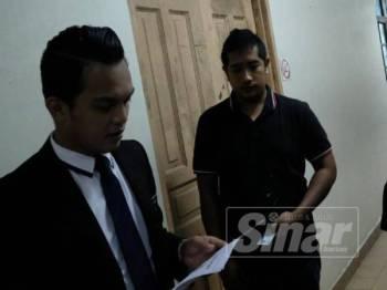 Mohd Zairi (kanan) ketika keluar dari Mahkamah Majistret.