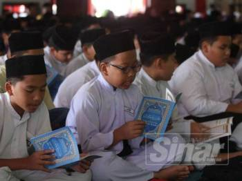 Sebahagian murid SRA JAIM yang menjayakan majlis Khatam Quran Perdana di Masjid Cina, Krubong, di sini hari ini.
