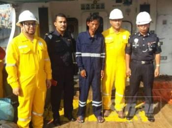 Mangsa (tengah) diselamatkan kru pelantar minyak Pulai Alfa.