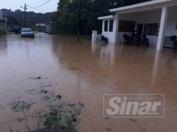 Kejadian banjir kilat menyebabkan beberapa rumah penduduk dinaiki air.