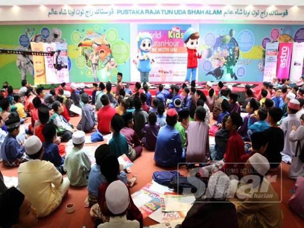 Watak animasi Omar dan Hana memeriahkan World Kids #QuranHour di Pustaka Raja Tun Uda di Shah Alam, Selangor semalam.  - FOTO ASRIL ASWANDI SHUKOR