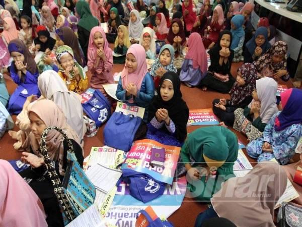 Peserta program menadah tangan bagi mengaminkan doa yang dibaca menerusi program terbabit. - FOTO ASRIL ASWANDI SHUKOR